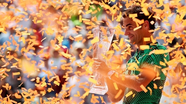 Roger Federer posa com o troféu do Masters de Miami após vitória sobre Rafael Nadal