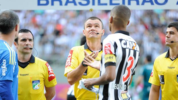 48589dd104 O árbitro Leandro Pedro Vuaden foi pivô de polêmica no jogo Atlético-MG x  Palmeiras