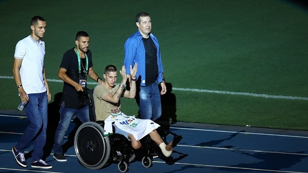 Neto Alan Ruschel, Follmann e Rafael Henzel foram homenageados antes da partida