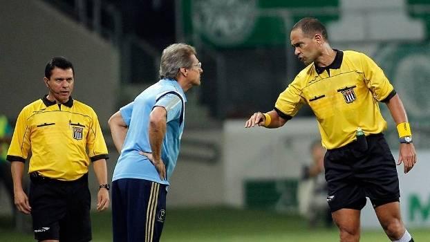 Oswaldo conversa com árbitro Luiz Vanderlei Martinucho durante jogo