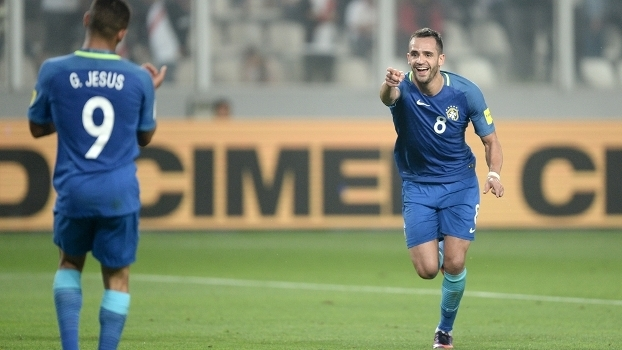d5ef1d9dfd Renato Augusto comemora com Gabriel Jesus ao fazer o segundo do Brasil  contra o Peru