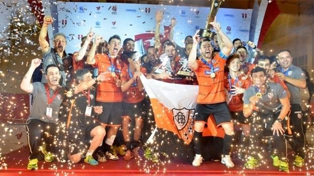 Carlos Barbosa comemora o título da Copa Libertadores de futsal