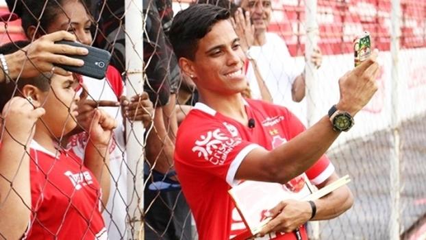 Após receber prêmio Puskas, Wendell Lira atua 25 minutos pelo Vila Nova