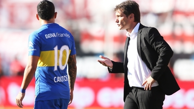 Tevez  e Gustavo Barros Schelotto, treinador do Boca Juniors