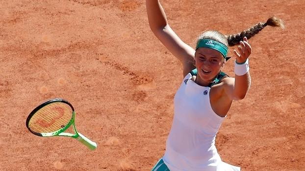 Jelena Ostapenko joga a raquete após conquistar o título de Roland Garros