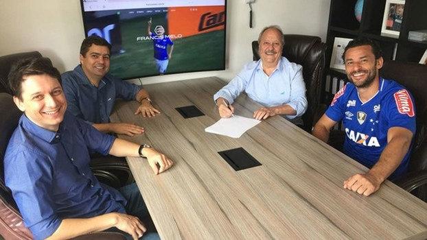 69121a9b54 Fred reunido com o presidente do Cruzeiro para assinar o contrato
