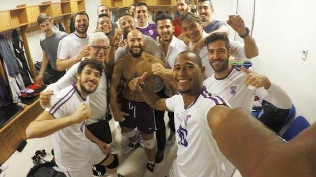 Jogadores celebram última vitória com Kervin Piñerúa (em primeiro plano)