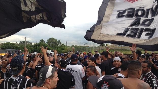 Membros da Gaviões da Fiel protestam contra diretoria do Corinthians no CT