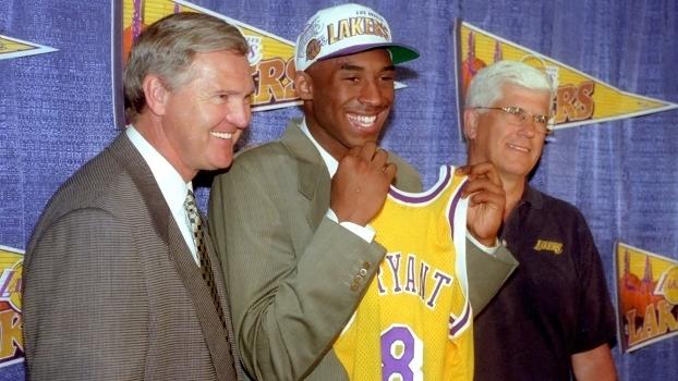 A lenda Jerry West, chefão dos Lakers na época, Kobe Bryant e o técnico Del Harris (da esq. para dir.)