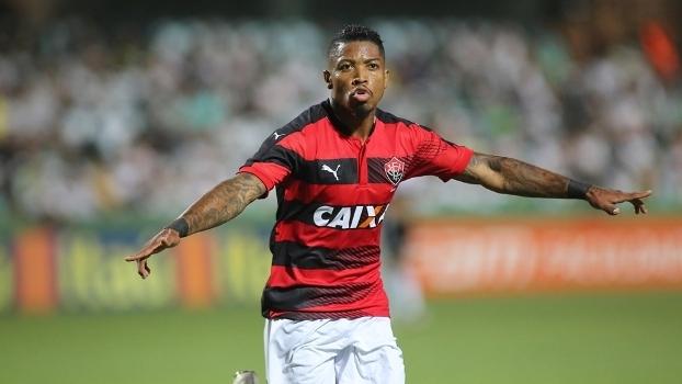 Marinho comemora gol do Vitória contra o Coritiba no último Brasileiro