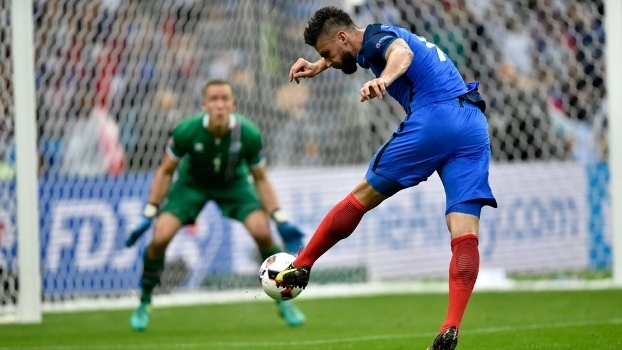 Giroud bateu cruzado de esquerda para abrir o placar contra a Islândia