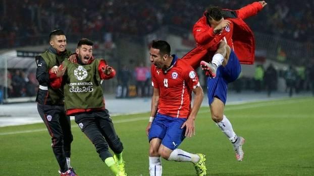Isla comemora após abrir o placar para o Chile diante do Uruguai