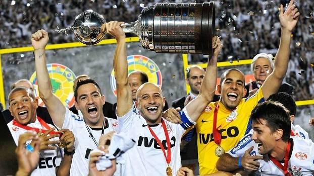 2ae8e18a4d Alessandro Corinthians Levanta Trofeu Copa Libertadores 04 07 2012