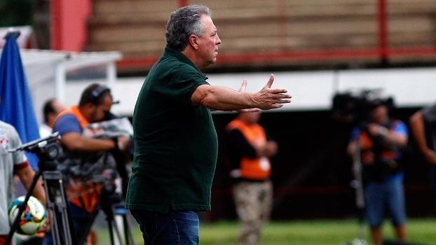 Abel Braga gesticula durante derrota do Fluminense para o Nova Iguaçu-RJ