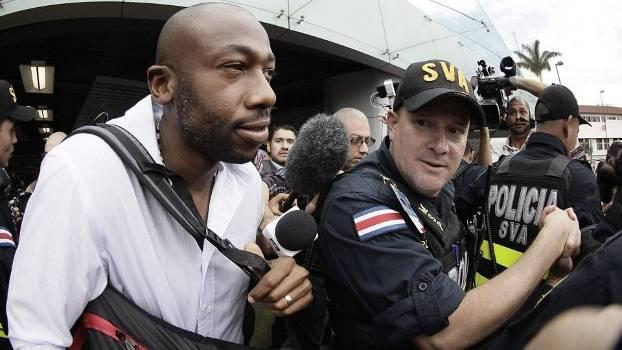 Paulo Wanchope é escoltado em sua chegada à Costa Rica: agora ex-técnico da seleção