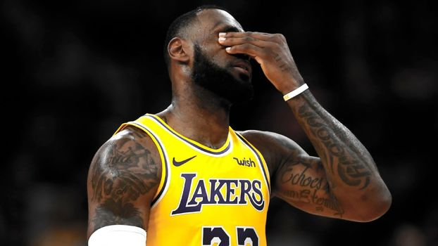 LeBron James lamenta em jogo do Los Angeles Lakers