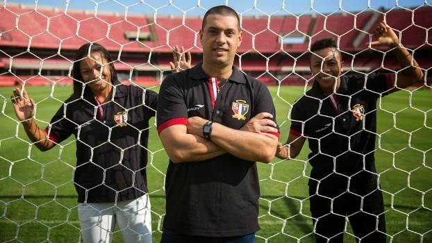 Marcelo Frigério (ao centro) é o treinador do São Paulo no futebol feminino
