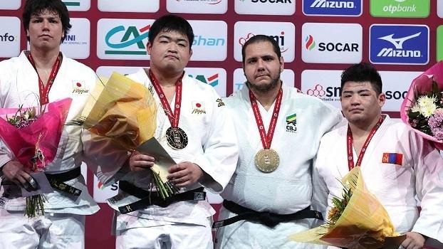 Rafael Silva (2º da direita para a esquerda) com o bronze durante evento em Paris