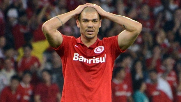 Ao lado de Wellington, o volante Nilton, do Internacional, foi pego no exame antidoping