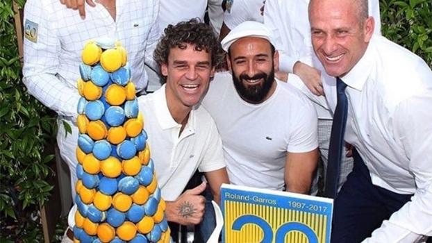 Guga recebe homenagem por 20 anos de título na França