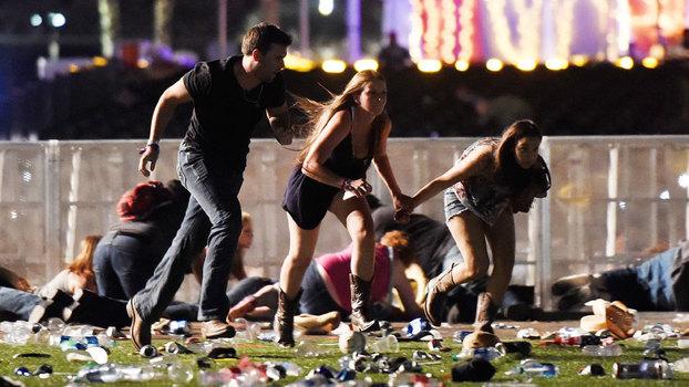 Namorada de autor do massacre de Las Vegas retorna aos Estados Unidos