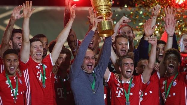 Josep Guardiola ergue a Copa da Alemanha em sua despedida do Bayern de Munique