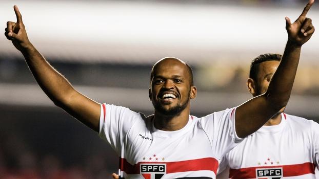 Edson Silva comemora gol no jogo entre São Paulo e Goiás