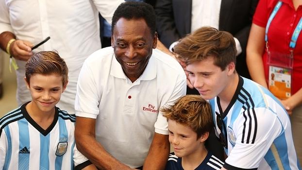 Pelé é tietado por jovens com a camisa da Argentina na Copa do Mundo de 2014