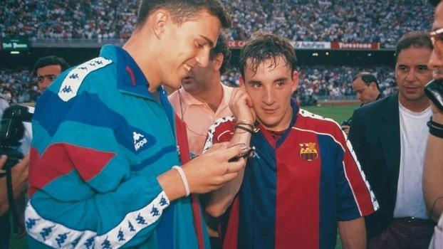 Jogadores do Barcelona ouvem rádio para acompanhar final de jogo do Espanhol em 1994