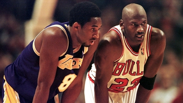 Kobe Bryant e Michael Jordan em quadra em 1997