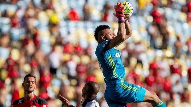 Alex Muralha, goleiro do Flamengo, em ação no último jogo oficial disputado no Maracanã, contra o Santos, em 27 de novembro