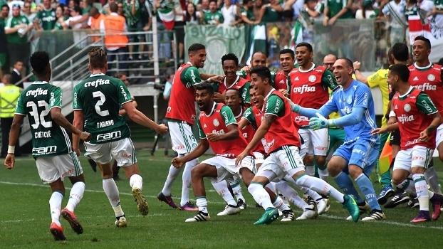 Fabiano comemorou o seu gol com os jogadores do banco de reservas do Palmeiras