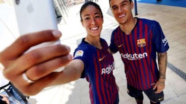 Barcelona apresenta nova camisa 1 com faixas em homenagem a cada ... 614a2f0742a12