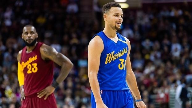 42b359269 Stephen Curry sob os olhares de LeBron James