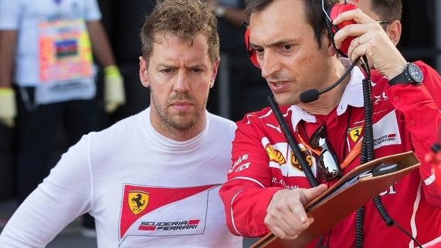 Sebastian Vettel conversa com engenheiro da Ferrari no Azerbaijão