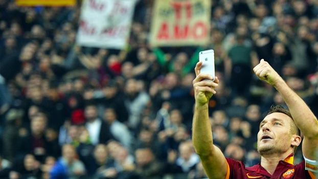 Acredite   Procon  italiano quer punição a Totti por foto no dérbi ... 37afcec9c121a