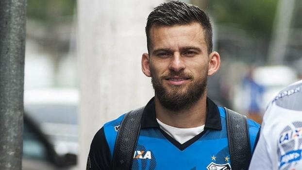 Sondado pelo Barcelona, Lucas Lima espera proposta para deixar o Santos