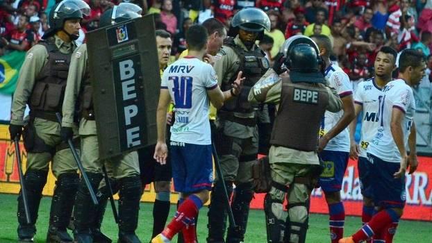 Jogadores do Bahia reclamaram com o juíz de expulsão