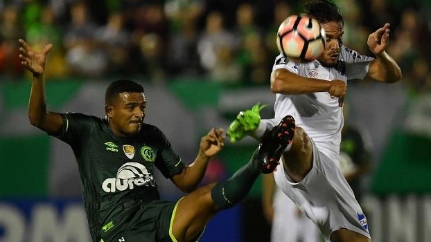 Reinaldo disputa com Álvaro González durante partida na Arena Condá contra o Nacional-URU