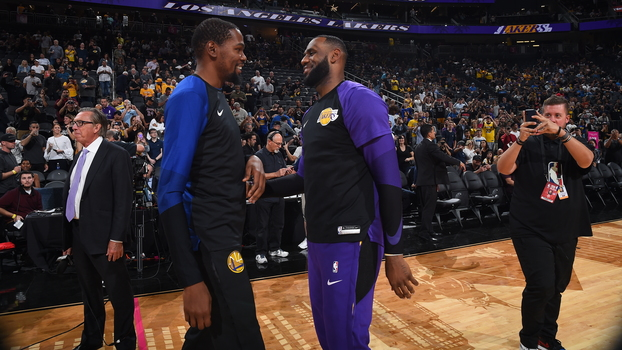 Kevin Durant e LeBron James se cumprimentam antes de Warriors x Lakers: reencontro
