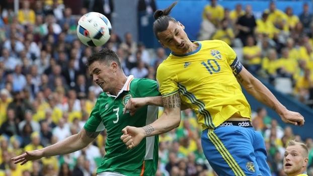 Clark e Ibrahimovic disputam bola durante jogo entre Irlanda e Suécia