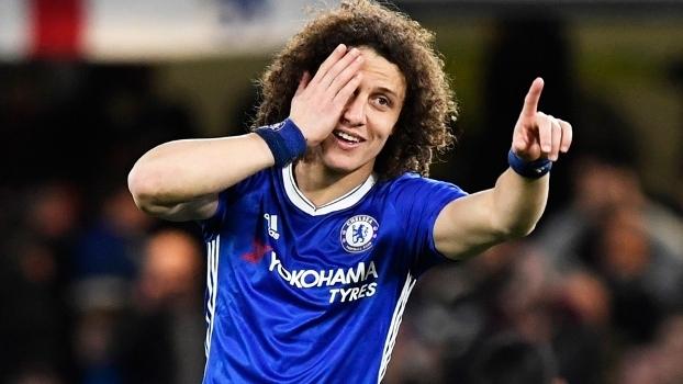 David Luiz, pelo Chelsea em 2016/2017: jogando na linha de três que vira linha de cinco