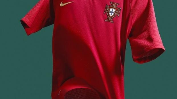 6fabb753834c3 Portugal apresenta novas camisas 1 e 2 para a Copa do Mundo com Cristiano  Ronaldo de modelo