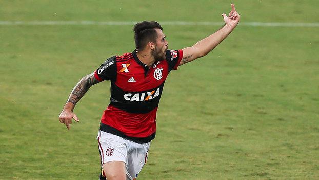 Após fazer gol pelo Flamengo, Felipe Vizeu mostra dedo para Rhodolfo