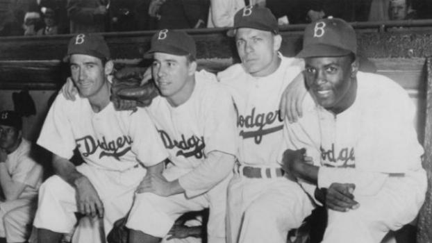 Da esq. para dir.: Johnny 'Spider' Jorgensen, Harold 'Pee Wee' Reese e Eddie Stanky no dia da estreia de Jackie Robinson