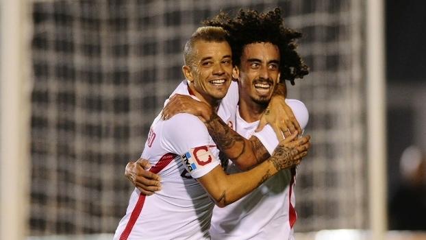 D'Alessandro abraça Valdívia depois gol marcado na Copa do Brasil