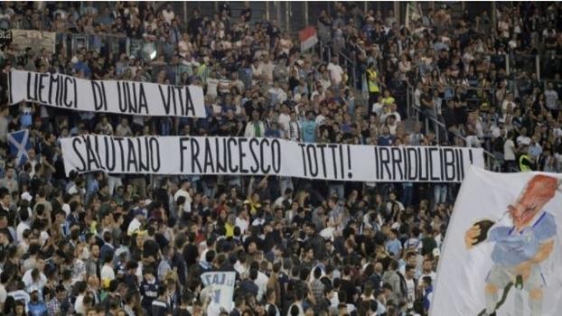 Faixa dos torcedores da Lazio saúdam Totti: