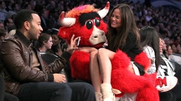 O cantor John Legend e sua esposa, Chrissy Teigen, com a mascote dos Bulls, Benny: sorrisos em 2011, quando Derrick Rose era um superstar em Chicago