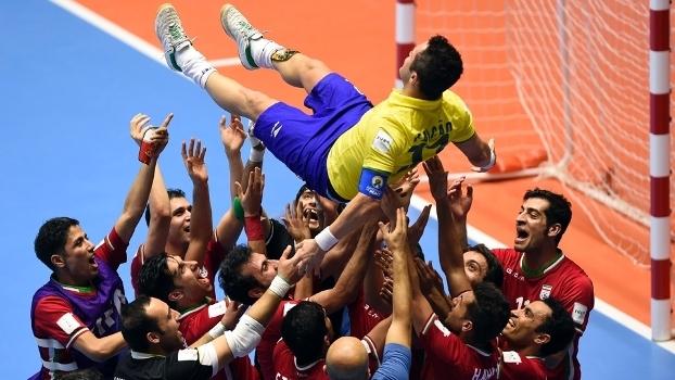 Jogador foi jogado para cima pelos adversários após a partida