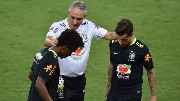 Tite conversa com Philippe Coutinho e Willian durante treino da seleção  brasileira b8ec4b413c10c